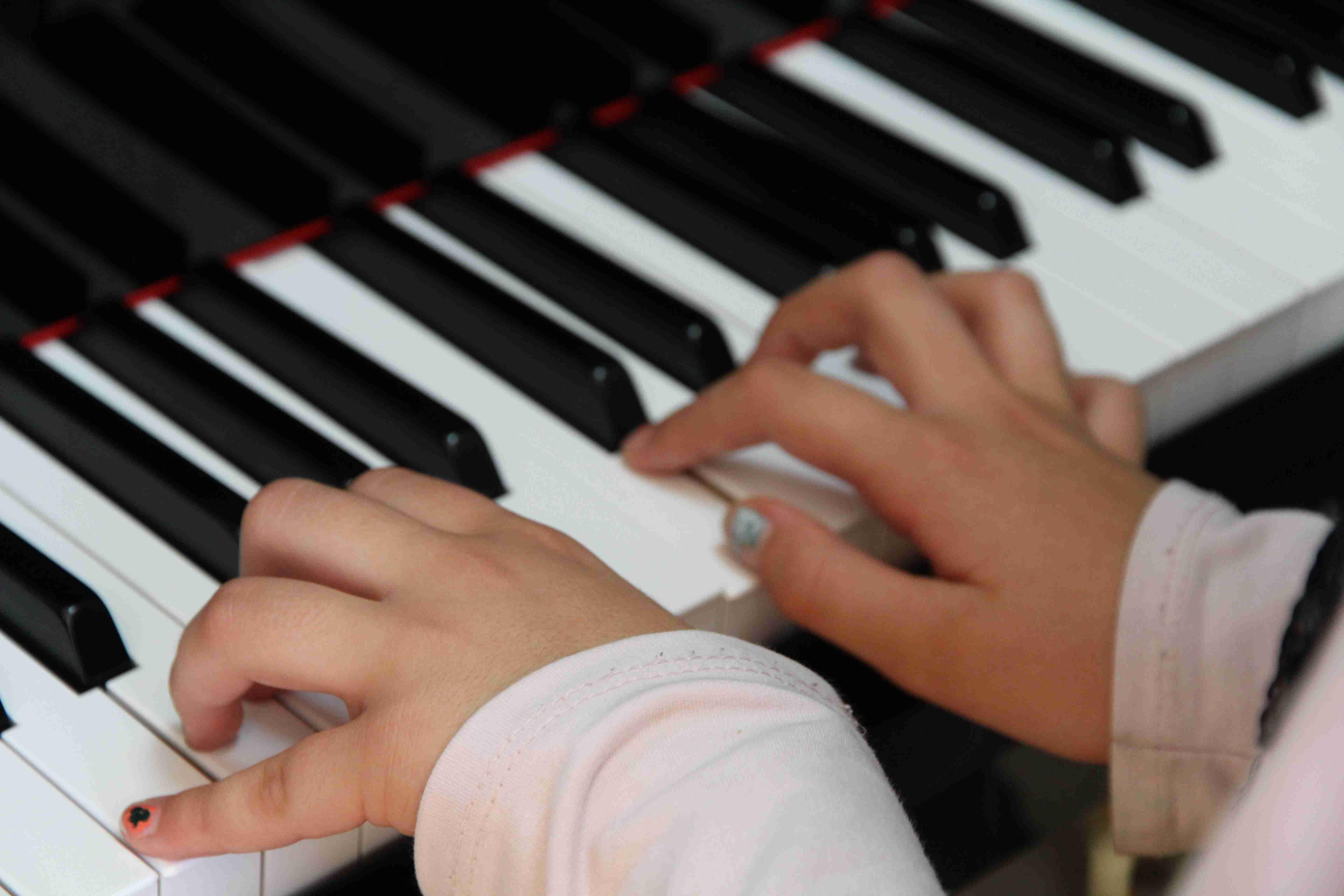 Detalle manos piano música